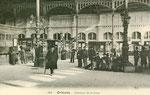Voyageurs attendant leur train à l'intérieur de la gare d'Orléans au début du XXème siècle