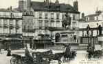 Orléans-T-010 : place du Martroi et statue de Jeanne d'Arc