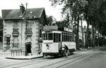 Fontainebleau-T-016 : Arrêt de la place Orloff, près de laquelle se trouve l'usine à gaz. Motrice n°15. Cliché Jacques BAZIN. 19 juillet 1953