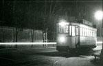 Fontainebleau-T-051 : Place Denecourt. Le dernier départ au soir du 31 décembre 1953. Motrice n°13. Cliché Jacques BAZIN