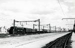 """Les Aubrais. 1er septembre 1957. Locomotive 2D2 5500. Train Rapide 6 """"Sud Express"""". Cliché Gilbert Moreau. Collection Xavier Inguenaud"""