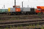 Les Aubrais. 16 janvier 2016. Locomotive Vossloh G 1206 DVF n° 99-87-9181-5256 + trémie à ballast. Cliché Pierre Bazin