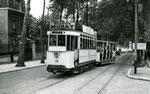 Fontainebleau-T-019 : Arrêt de la place Orloff. Motrice n°15 + remorque baladeuse. Cliché Jacques BAZIN. 19 juillet 1953