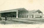 Vue de l'ancienne gare des Aubrais telle qu'elle se présentait avant la Seconde Guerre Mondiale; avec le bâtiment voyageurs situé au milieu des voies.