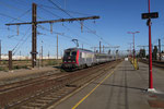 Les Aubrais. 22 août 2016. Locomotive BB 26045. Arrivée avec 1 h 42 min de retard de l'IC 14033 Paris-Austerlitz (7h37) - Les Aubrais (8h34) - Tours (9h51). Cliché Pierre Bazin