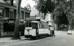 Fontainebleau-T-021 : Boulevard du Maréchal Leclerc. Motrice n°13 + remorque baladeuse. Cliché Jacques BAZIN. 19 juilet 1953