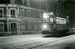 Fontainebleau-T-052 : Place Orloff. Le dernier tramway, le 31 décembre 1953. Motrice n°13. Cliché Jacques BAZIN