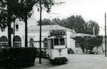 Fontainebleau-T-004 : Gare de Fontainebleau-Avon. Motrice n°13 et remorque baladeuse. Cliché Jacques BAZIN. 19 juillet 1953