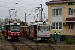 Krasnodar-T-015 : Motrices Tatra T3SU n° 008 de 1980 sur la ligne 11 (modernisée en avril 2010 en version GOH-TRZ) et n° 028 de 1982 sur la ligne 21. Terminus de Rozdestsventskiy-Khram. Cliché Pierre BAZIN, 23 octobre 2013