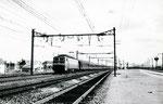 """Les Aubrais. 1er septembre 1957. Locomotive CC 7100. Train Express 1104 """"Thermal Express"""" Le Mont-Dore - Paris-Austerlitz avec voitures directes depuis Châtel-Guyon. Cliché Gilbert Moreau. Collection Xavier Inguenaud"""