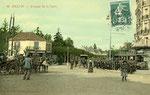 Melun-003 : Dans l'avenue de la gare, un groupe d'écoliers pose devant le tramway