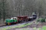Près de Brohl. 3 avril 2010. Brohltalbahn. Locomotive D2 + fret avec wagons à voie normale sur trucks porteurs. Train G6015 Brohl - Oberrissen. Cliché Pierre BAZIN