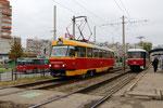 Krasnodar-T-021 : Motrice Tatra T3SU n° 054 de 1983, à l'arrivée au terminus de Roedestsvenskiy-Khram, sur la ligne 21, aux côtés d'un trolleybus et de la motrice 040. Cliché Pierre BAZIN, 23 octobre 2013