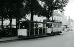 Fontainebleau-T-045 : Place Denecourt. Motrice n°15 et remorque baladeuse n°16. Cliché Jacques BAZIN. 19 juillet 1953