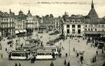 Orléans-T-012 : place du Martroi et tramways au pied de la statue de Jeanne d'Arc