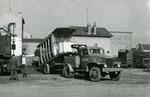 Fontainebleau-T-061 : Chargement de la baladeuse n°11 sur un camion à Maisons-Alfort, afin d'être préservée pour le musée des Transports Urbains. Cliché Jacques BAZIN. 26 octobre 1957.