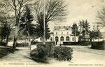 Fontainebleau-T-001 : Le tramway devant la gare de Fontainebleau-Avon.