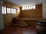 escalier avec palier en chêne et murs en lambris châtaigner brossé