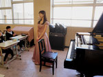 ドレスに着替えて演奏です♪ 教室なので、ちょっと恥ずかしいです・・・(^^;