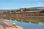 BB37018 mit Flüssigeisenzug am Saarufer bei Völklingen am 04.03.14