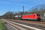 185 168 mit GB 62534 Saarbrücken Rbf Nord - Hanau Nord, Altschwellen vom Gleisumbau Saarbrücken Rangierbahnhof, am 16.04.2013 in Dudweiler