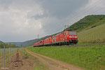 185 142 und im Schlepp 185 033, 155 108, 185 019, 152 039 und 155 075 als T 62636 Saarbrücken Hbf - Gremberg Bs (Sdl.Lokzug) am 01.05.14 bei Pommern(Mosel)