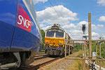 ECR 77 024 und der wegen Oberleitungsstörung stehende TGV 310 052 (TGV 9553 Paris Est - Frankfurt/M Hbf) zwischen Hauptstuhl und Bruchmühlbach am 26.06.14 (HILFF 98809 Landstuhl - Hauptstuhl)