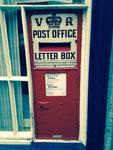 Winchester, England. Der Briefkasten stammt noch aus der Zeit von Queen Victoria und trägt deshalb die Buchstaben VR anstatt der heute üblichen ER. Vielen Dank an Catherine Luithlen!