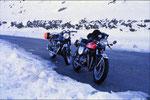 """GRZ_75_alp_0001 / Zufall in den Alpen: Wolfgang Bartels: """"Ich kam im Schnee auf den Jaufenpass und fand am Straßenrand Heikos CB750 geparkt. Völlig überraschend. Beide sprachlos."""" - Auch im Winter wird Motorrad gefahren!, © Heiko Bartels"""