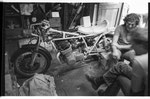 Motorradkeller: (v.l.n.r.:) Tom Höfler, nnb