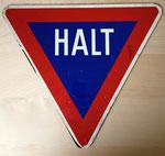 das HALT-Schild (Eingangstüre Motorradkeller) existiert heute noch © Andrea Hotes