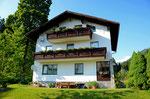 Unser Haus liegt im Ortsteil Zauchen, abseits von Straßenlärm, ruhig an einem Bach