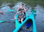 Kathi & Sabrina rammen erstmal ein anderes Kanu :)
