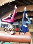 Sabrina & Ute beim Üben ihrer Beinchoreo ;)