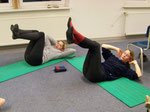 Marion & Ute machen tapfer Sit-ups