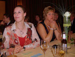 Nina & Marlene sitzen gespannt vor ihren Losen...