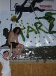 """Danach konnten es Sabrina & Kathi einfach nicht lassen und wollten unbedingt noch ein """"paar"""" :) Fotos vor der wirklich tollen Tarzanwand machen! ;)"""