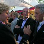 Phoenix-Moderatoren im Gespräch vor dem Sponsoring-Stand 2006 während der Fußball-WM. Foto: Helga Karl