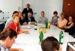 Während der Pressekonferenz - links Senatorin Bergmann, Mitte GFG Otto Schleicher mit MitarbeiterInnen aus der Montage