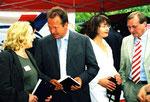 Die wichtige Kontaktpflege: Helga Karl (Verantwortliche für Presse- und Öffentlichkeitsarbeit) im Gespräch mit Verdi-Bundesvorsitzendem Frank Bsirske. Rechts ein Vertreter IGM Niedersachsen. (c) Foto: Helga Karl