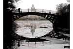 Die Rote Brücke und Schloss Charlottenburg spiegeln sich im See mit tauenden Eis-Schollen, Foto: Helga Karl