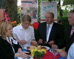 Nachts beim Essen am eigenen Stand (Sponsoring). Am Tisch  Minister Hans-Heinrich Ehlen aus Niedersachsen und Helga Karl, Konzept und Standbetreuung.  (c) Foto: Helga Karl
