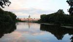 Spiegelung -  das Schloss, Bäume am Ufer des See und Wolken sind im See im Schlosspark Charlottenburg zu sehen. Foto: Helga Karl