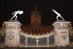Erleuchtetes Eingangstor Nachts vor dem Schloss Charlottenburg. Foto: Helga Karl