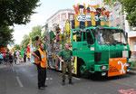 """""""Wir sind Neukölln"""". Fahrer und Polizist neben dem Wagen, Karneval der Kulturen Berlin 2011. Foto: Helga Karl"""