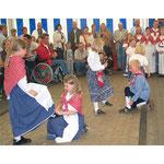 Trachtenverein, Kinder tanzen. B2B-Event, mit 1000 Berliner Verbrauchern zu Gast beim Ferkelzucht-Bauernhof im Emsland. Foto: Helga Karl