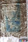 Ausschnitt eines weiteren Teilstücks im Streiflicht: starke Deformationen des textilen Trägers werden sichtbar.