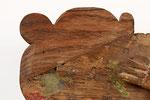 Diese Holzergänzung wurde bereits zu einem früheren Zeitpunkt durchgeführt. Aufgrund der Holzstruktur und der geringen plastischen Anpassung fällt sie störend auf.