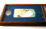 Die Aufnahme der Rückseite zeigt die hochstehenden Farbschollen. Bei dem hellen Bereich handelt es sich um eine alte Retusche.