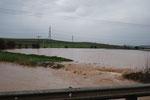 Der intensive Regenfall kreiert neue Gewässer entlang den Strassen!